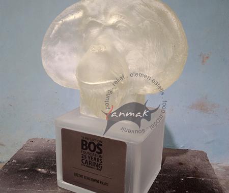 piala resin patung orang utan
